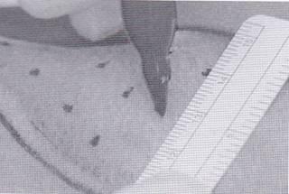 1センチから2センチ間隔で格子状に印をつけます